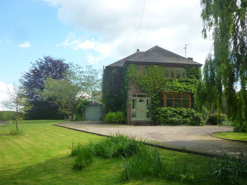 4 Bedrooms Detached House for sale in Pontefract Road, Pontefract, West Yorkshire, WF9