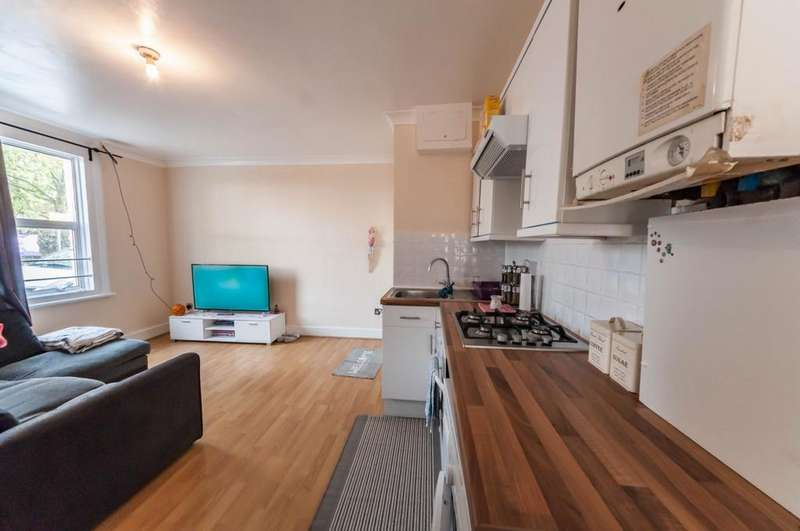 2 Bedrooms Flat for sale in Oaks Court, Cann Hall Road, Leytonstone, E11