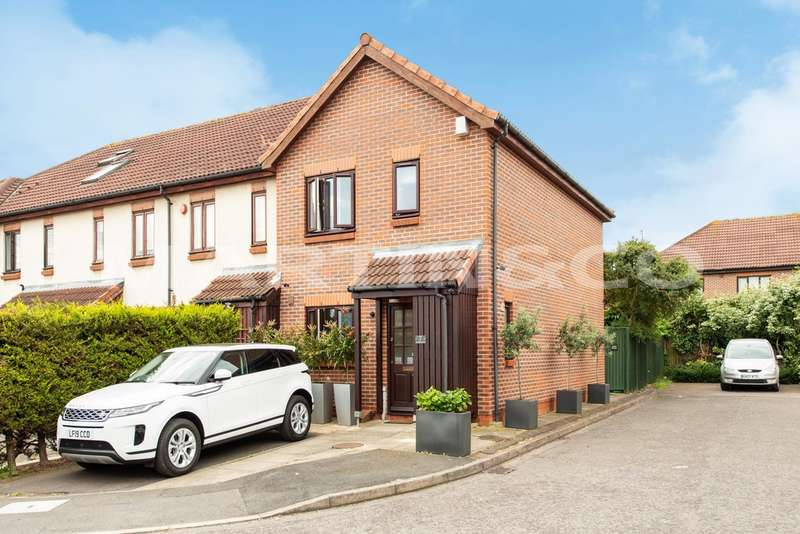 3 Bedrooms Property for sale in Merino Close, Wanstead E11