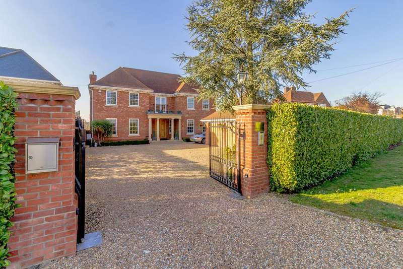 5 Bedrooms Detached House for sale in The Drive, Ickenham, Middlesex UB10