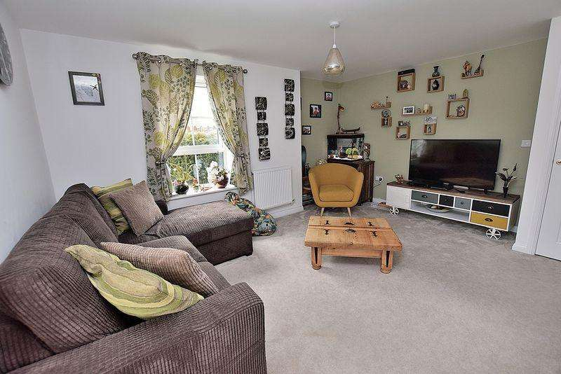 2 Bedrooms Flat for sale in GROUND FLOOR LIVING! Two DOUBLE bedrooms, EN SUITE to master, LONG lease...