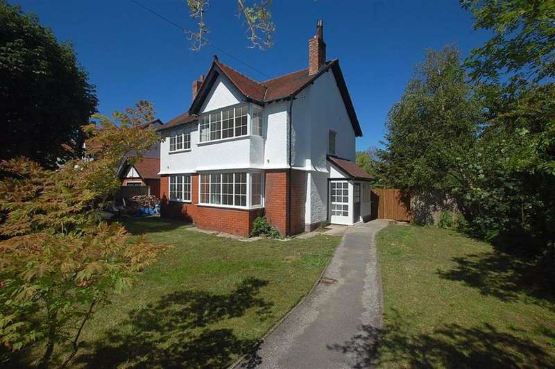 4 Bedrooms Detached House for sale in Eshe Road North, Crosby, Liverpool