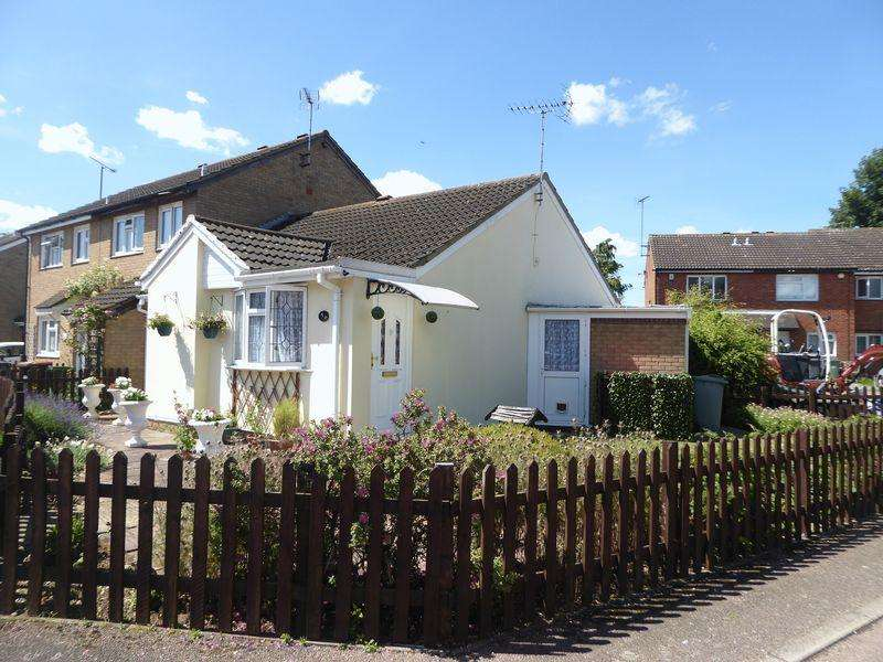 2 Bedrooms Bungalow for sale in Cumbria Close, Dunstable