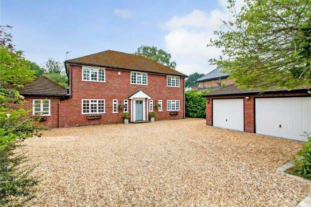 4 Bedrooms Detached House for sale in Blenheim Close, Hale