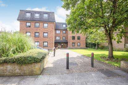 2 Bedrooms Flat for sale in Charlton Court, London Road, Gloucester, Gloucestershire