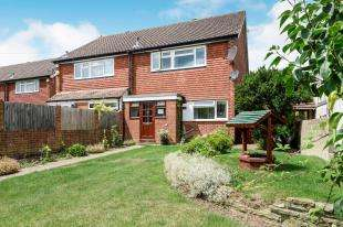 3 Bedrooms Semi Detached House for sale in Leatherhead Road, Chessington, Surrey
