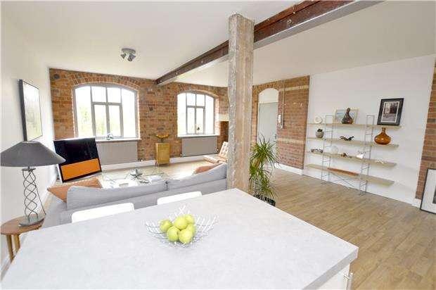 1 Bedroom Flat for sale in Lansdown, STROUD, Gloucestershire, GL5 1BX