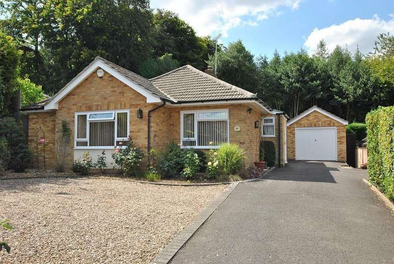 2 Bedrooms Bungalow for sale in Old Copse Gardens, Sonning Common