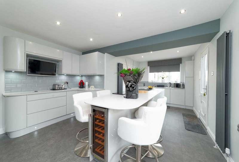 4 Bedrooms Flat for sale in Condorrat Road, Glenmavis, Airdrie, ML6 0PP
