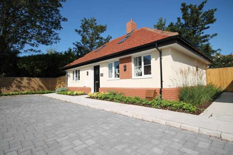 2 Bedrooms Bungalow for sale in Poppy Cottage, High Street, Thorpe Le Soken