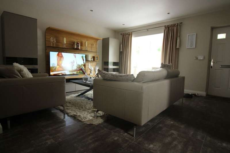5 Bedrooms Detached House for sale in Manor Gardens, Bury, BL9