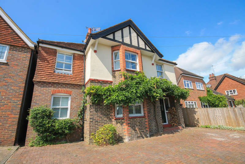 5 Bedrooms Detached House for sale in Moat Road, East Grinstead