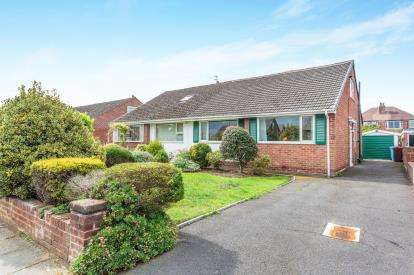 2 Bedrooms Bungalow for sale in Gisburn Ave, Lytham St Anne's, Lancashire, FY8