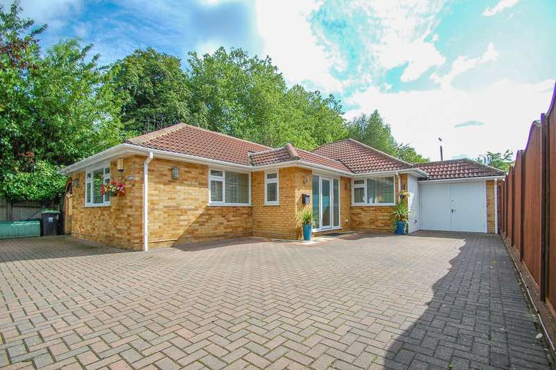3 Bedrooms Detached Bungalow for sale in Beaconsfield Road, Farnham Common, SL2
