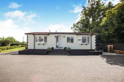 2 Bedrooms Mobile Home for sale in Brickhill Farm Park Homes, Half Moon Lane, Pepperstock, Luton