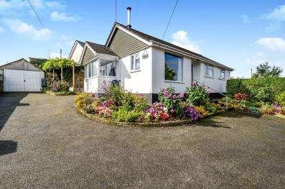 2 Bedrooms Bungalow for sale in Wadebridge, Cornwall, Uk