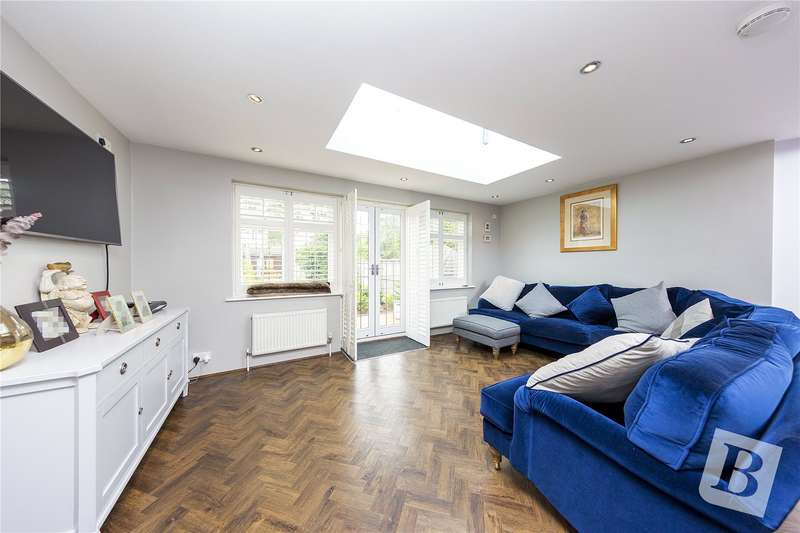 3 Bedrooms Semi Detached House for sale in Pettits Lane, Romford, RM1