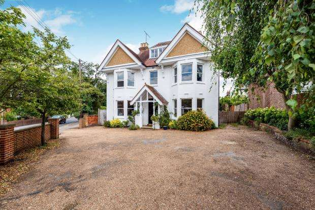 5 Bedrooms Detached House for sale in Leatherhead, Surrey