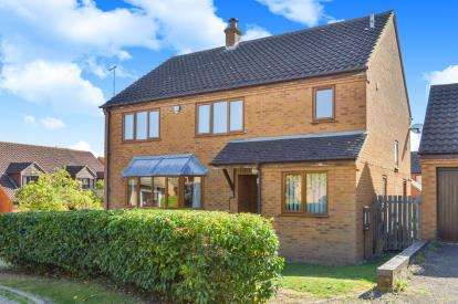 4 Bedrooms Detached House for sale in Loseley Court, Great Holm, Milton Keynes, Bucks