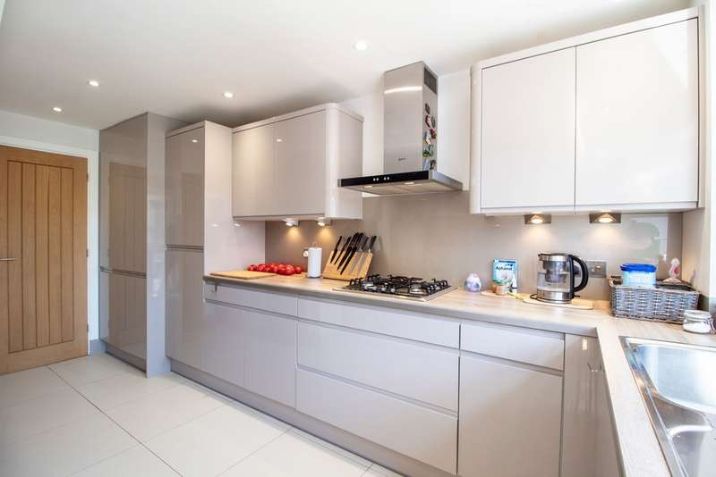 3 Bedrooms Terraced House for sale in Marymead Drive, Stevenage SG2