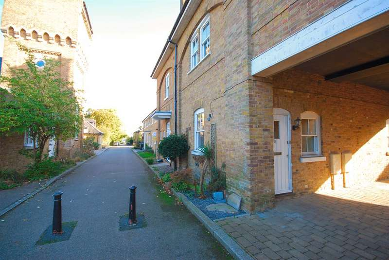 3 Bedrooms Semi Detached House for sale in Swallow Court, Herne, Herne Bay
