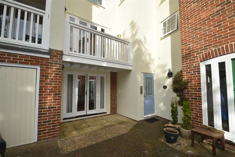 2 Bedrooms Flat for rent in Prospect Road, Wellington Gate, Hythe