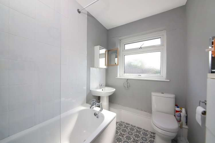 2 Bedrooms Maisonette Flat for sale in Courtlands Avenue Lee SE12