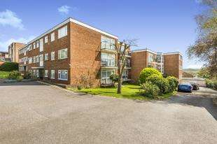 2 Bedrooms Flat for sale in Halford Court, 7 Green Lane, Chessington, Surrey