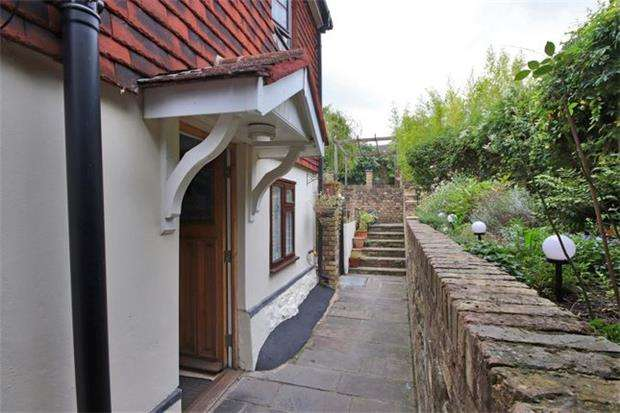 3 Bedrooms Semi Detached House for sale in London Road, Riverhead, Sevenoaks, Kent, TN13 2DE