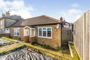 2 Bedrooms Bungalow for sale in Moor Lane, Chessington, Surrey