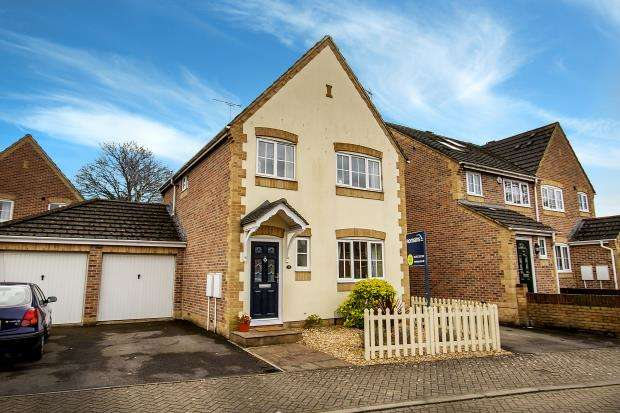 3 Bedrooms Detached House for sale in Fontwell Close, Aldershot, Hampshire