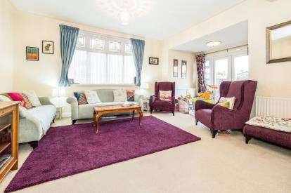 4 Bedrooms Bungalow for sale in Ilford, Essex, United Kingdom