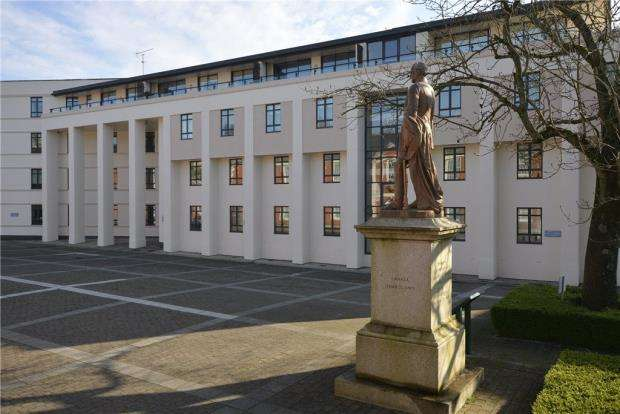 3 Bedrooms Apartment Flat for sale in Queens Court, Peninsula Square, Winchester