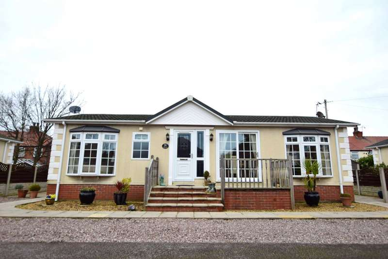 2 Bedrooms Park Home Mobile Home for sale in Richmond Hill Park, Ivy Avenue, Blackpool, FY4 3RU