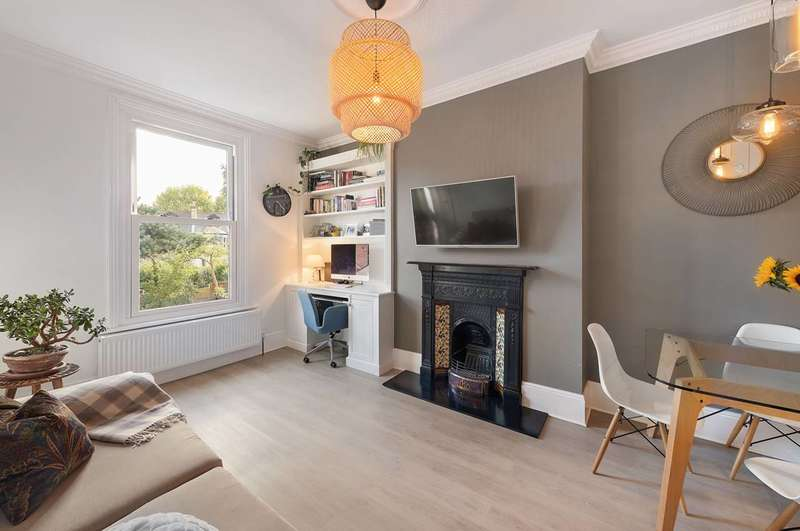 2 Bedrooms Flat for sale in Hammelton Road, Bromley, BR1