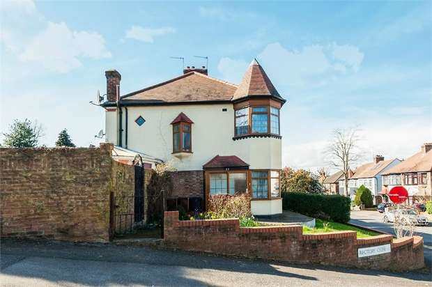 3 Bedrooms Semi Detached House for sale in Brindwood Road, Chingford, London