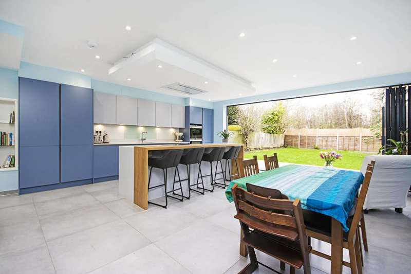5 Bedrooms Detached House for sale in Cheyne Walk, Hendon, NW4