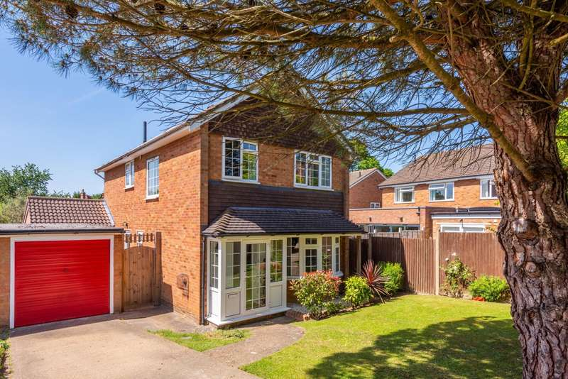 4 Bedrooms Detached House for sale in St Clair Close, RH2