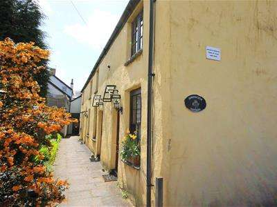 2 Bedrooms Flat for rent in Honeysuckle Cottages, North Road, Cowbridge