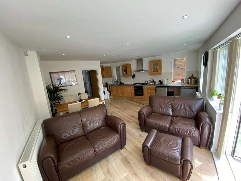 3 Bedrooms Detached House for rent in Alexandra Road, East Ham, E6 6HB