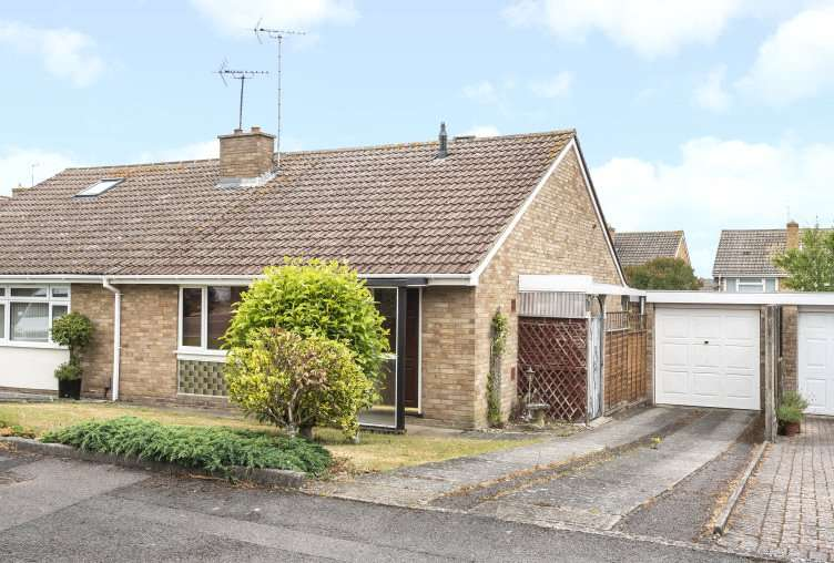2 Bedrooms Semi Detached Bungalow for sale in Swallow Close, Yateley, GU46