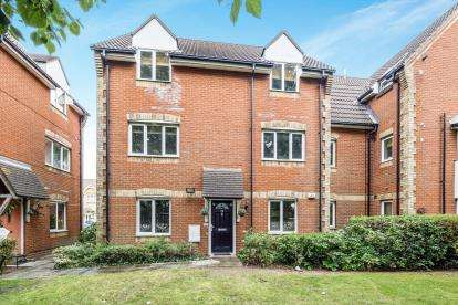 2 Bedrooms Flat for sale in Romford, Havering, United Kingdom