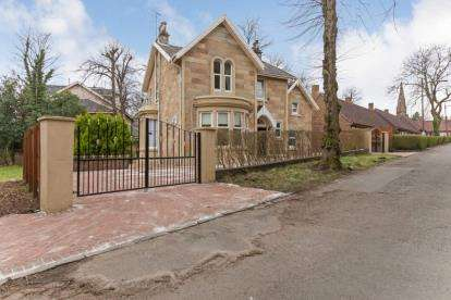 5 Bedrooms Detached House for sale in Crosshill Avenue, Queens Park, Glasgow
