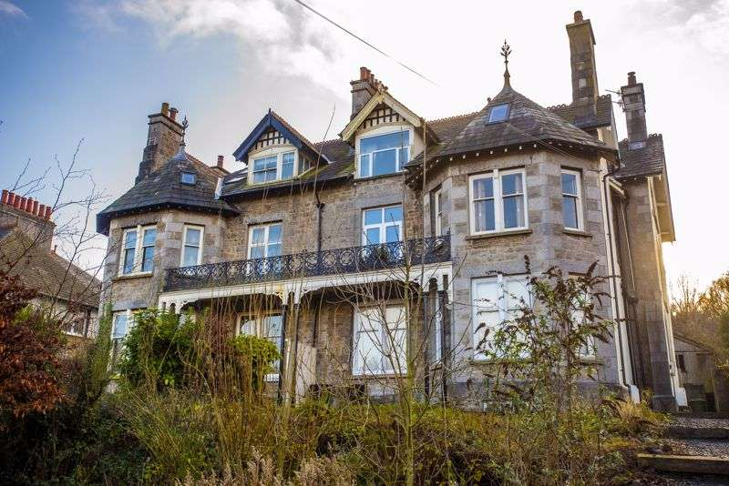 2 Bedrooms Property for sale in Second floor apartment with stunning views