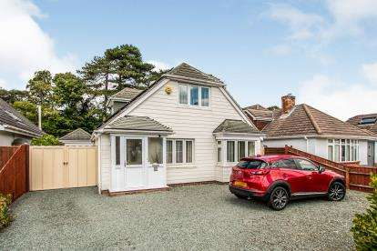 4 Bedrooms Bungalow for sale in Friars Cliff, Christchurch, Dorset