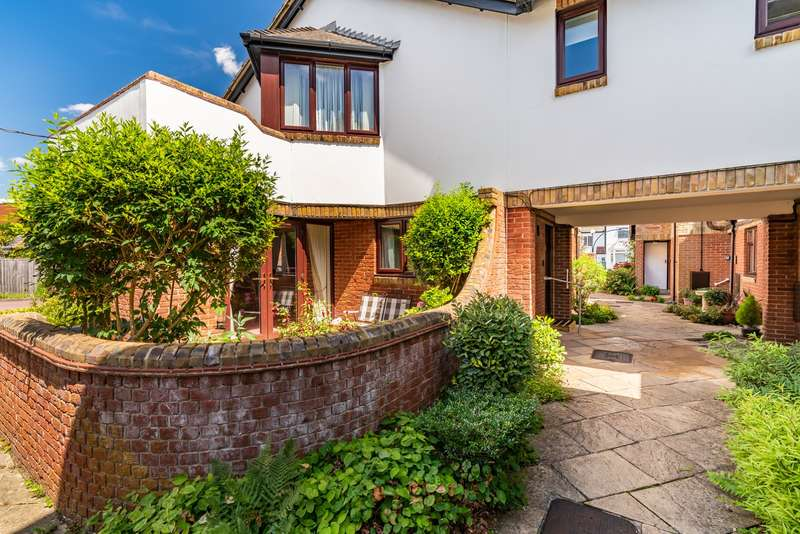 2 Bedrooms Ground Flat for sale in Garden Mews, Warsash, Southampton, Hampshire. SO31 9GW