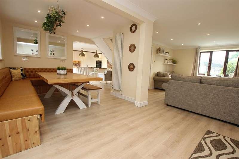 4 Bedrooms Detached House for sale in Knowlesly Road, Darwen, BB3 2JA