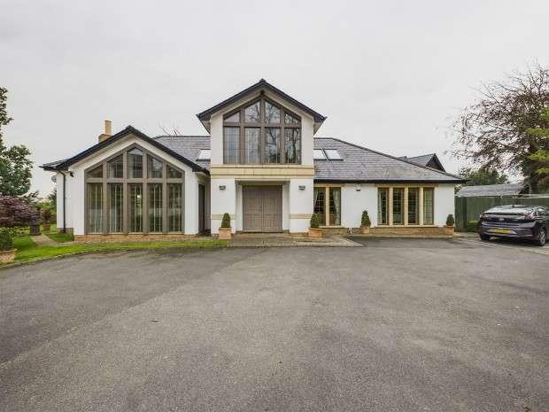 4 Bedrooms Bungalow for sale in Little Poulton Lane, Poulton-le-Fylde, FY6