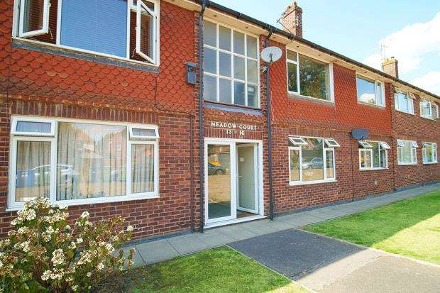 2 Bedrooms Apartment Flat for sale in Meadow Court, Anchor Meadow, Farnborough