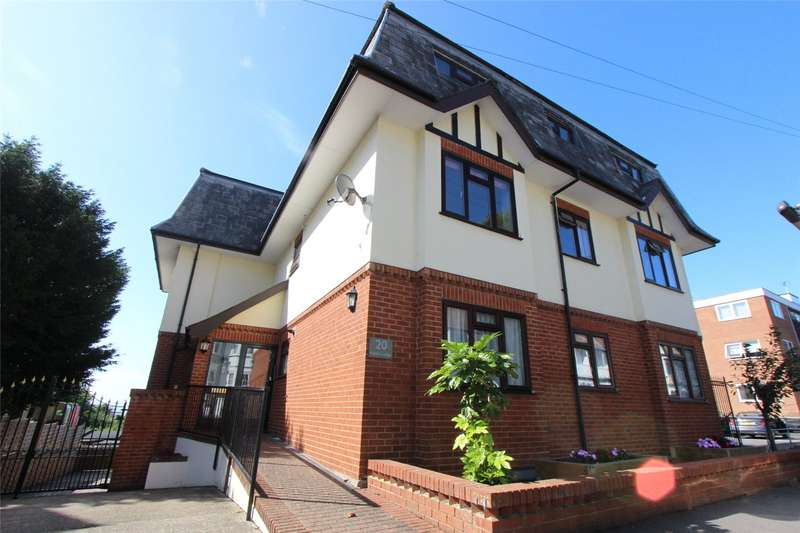 3 Bedrooms Flat for sale in Ruskin Lodge, 20 Victor Drive, Leigh-on-Sea, Essex, SS9
